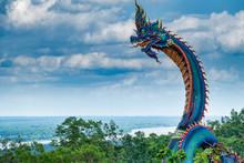 Riesige Thailändische Naga Statue