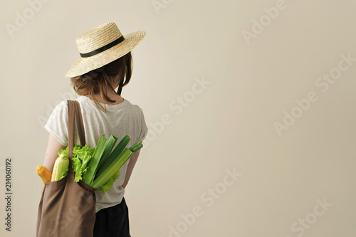 Fotografía  young woman holding textile grocery bag with vegetables