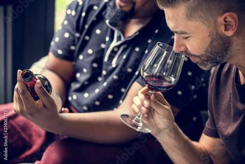 Pinturas sobre lienzo  Man tasting red wine with friends