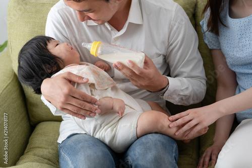 Valokuva  家族イメージ、育メン、ミルク、イクメン、パパ、父親