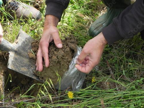 Fotografie, Obraz  Campionamento di terreno per analisi