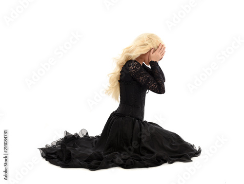 Foto  full length portrait of blonde girl wearing corset and long black gown