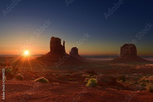 Foto op Plexiglas Bruin Sunrise over Monument Valley Tribal Park in Utah-Arizona border, USA
