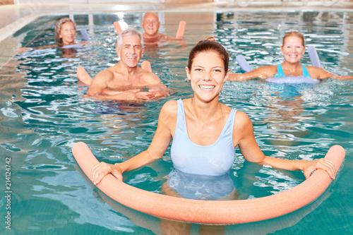Vászonkép Senioren Gruppe macht Wassergymnastik