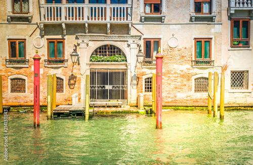 Plakat traitional Wenecja dom drzwi sposób i embonlment łodzi nad wodą kanału, Włochy, toned