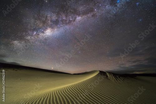 Poster de jardin Desert de sable The Milky Way rises below the horizon at