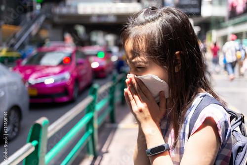 Foto  portrait of cute little girl blowing nose in paper handkerchief,Asian girl sneez