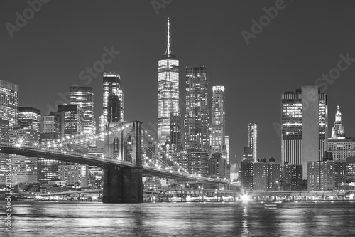 Poster New York City Brooklyn Bridge and Manhattan skyline at night, New York City, USA.