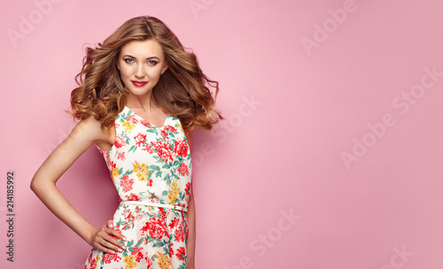 Foto Blonde young woman in floral spring summer dress