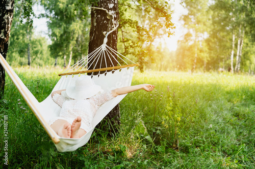 Photo Woman resting in hammock. Sleeping outdoors.