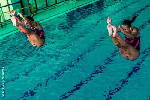 Fototapeta sport skoki-do-basenu-wody