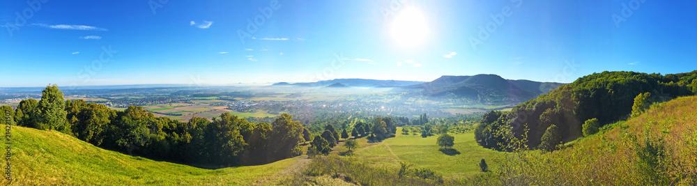 Fototapety, obrazy: Schwäbische Alb - Panoramaaufnahme unterhalb der Burg Teck mit Aussicht auf Bissingen