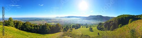 Staande foto Europese Plekken Schwäbische Alb - Panoramaaufnahme unterhalb der Burg Teck mit Aussicht auf Bissingen
