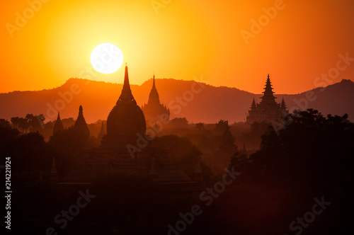 Valokuva  Pagoda silhouettes during a sunset in Bagan, Myanmar (Burma)