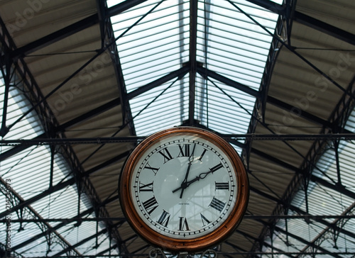 In de dag Londen Clock at a traditional train staion. Words