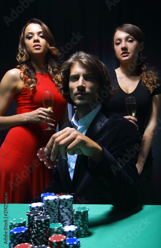 Poster  Man at roulette table surrounded by beautiful women