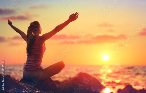 Foto op Canvas School de yoga Relaxation And Yoga At Sunset - Girl With Open Arms Looking Ocean