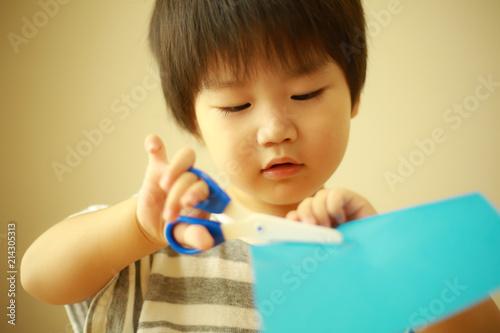 Fotografie, Obraz  紙を切る男の子