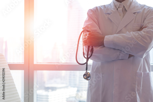 Photo Professional medical physician doctor in white uniform gown coat hand holding stethoscope in clinic hospital