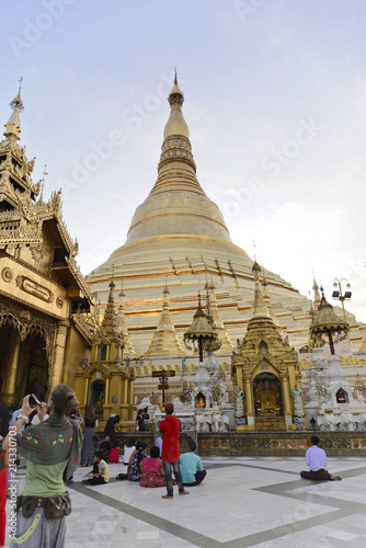 Deurstickers Bedehuis Abendstimmung, beleuchtete Shwedagon Pagode, Rangun, Myanmar, Asien