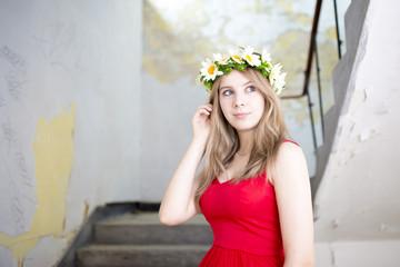 czerwona sukienka i kwiaty