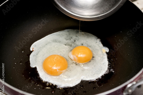 Foto op Plexiglas Gebakken Eieren 目玉焼き(調理中)