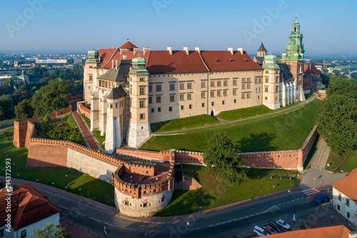 zabytkowy-krolewski-zamek-na-wawelu-i-katedra-w-krakowie-widok-z-lotu-ptaka-w-swietle-wschodu-slonca-wczesnie-rano-w-lecie