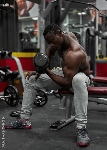 Foto op Plexiglas Fitness black athlete in the gym