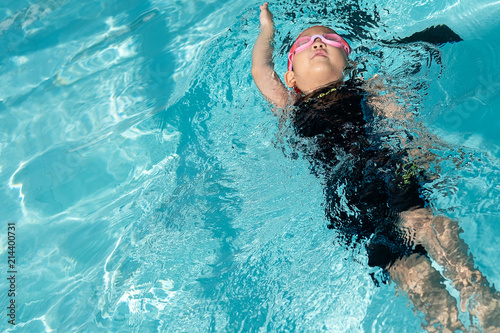a girl learn how to swim in swimming class Wallpaper Mural