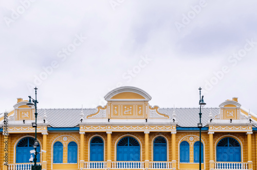 In de dag Oude gebouw Facade of yellow colonial building with blue doors and windows in Bangkok old town