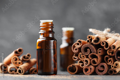 Foto Cinnamon essential oil for spa, aromatherapy, wellness, medical background