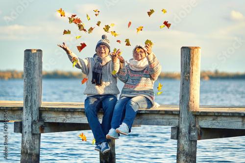 lachendes Seniorenpaar im Herbst Poster Mural XXL
