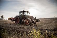 Traktor  Na Polu O Zachodzie Słońca