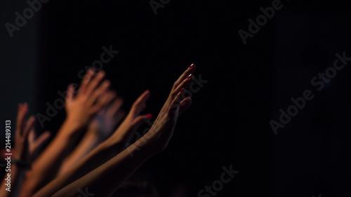 Obraz na plátně Uitgestrekte handen in aanbidding
