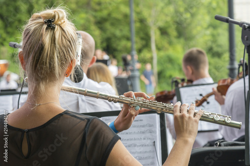 Fotomural Girl playing the flute in the park