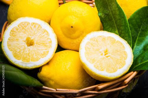 cesta di limoni con foglia