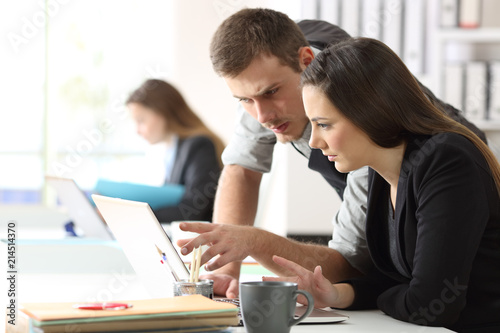 Slika na platnu Two office workers working online together