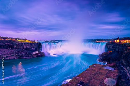 Foto auf Gartenposter Wasserfalle View of Niagara waterfalls during sunrise from Canada side