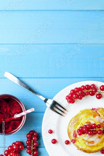 Pudding Schnecken Kuchen Mit Johannisbeeren Obst Auf Holz