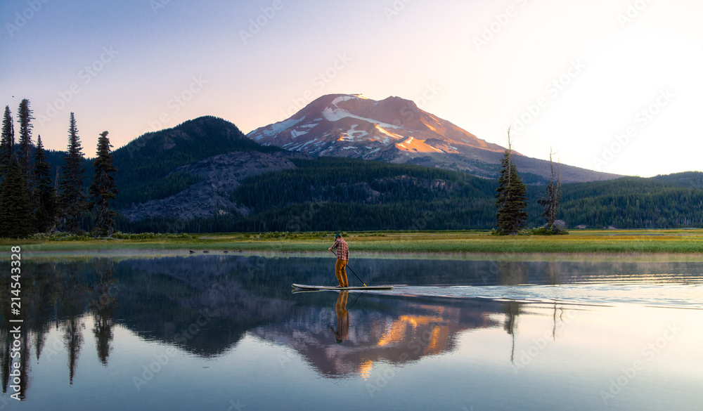 Fototapety, obrazy: Sparks Lake in Central Oregon is a popular destination for outdoor enthusiasts, paddle boarders and kayakers