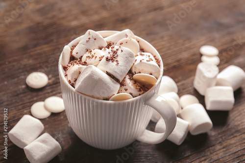 In de dag Chocolade Cup of delicious hot cocoa with marshmallows on wooden background