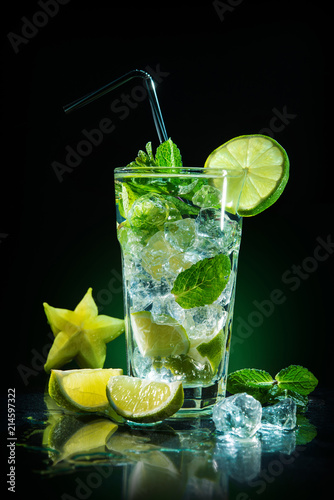 Staande foto Cocktail Mojito cocktail with fresh lime and mint