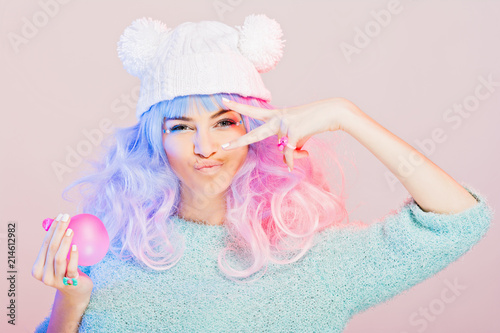 Photo Kawaii fashion young woman with pink and purple hair, posing, swearing pastel colors