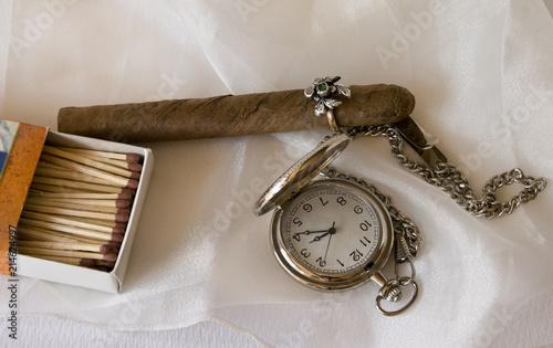 Cigarro con un anillo en lugar de vitola y un reloj de bolsillo. Billede på lærred