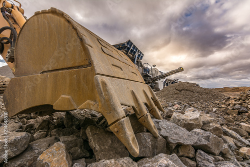 Fotografía  Large excavator moving stone in an open-air mine in Spain