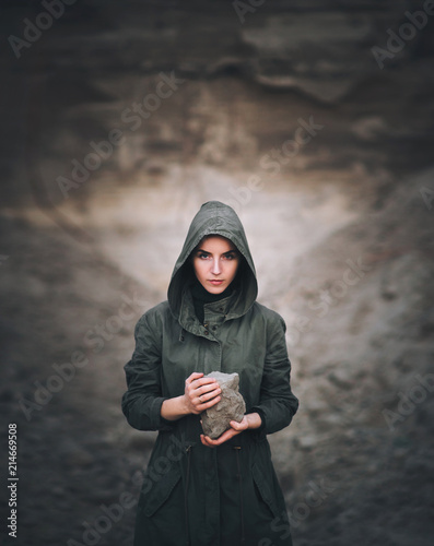 Photo A young woman holds a stone in her hands