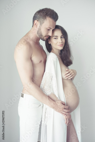 Poster womenART Handsome man hugging his pregnant wife
