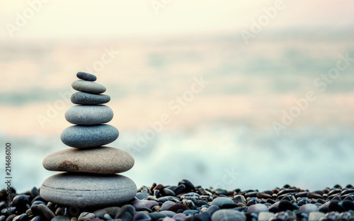 La pose en embrasure Zen made of stone tower on the beach and blur background