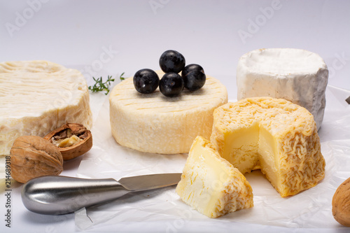 In de dag Assortiment French AOC soft cow cheeses, crumbly Langres with washed rind structure, sharp Pie Angloys, camembert with strong taste and brie served as dessert after dinner