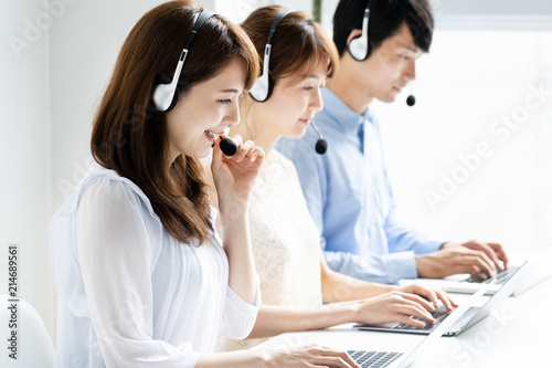 Fotografía  asian operator working in office